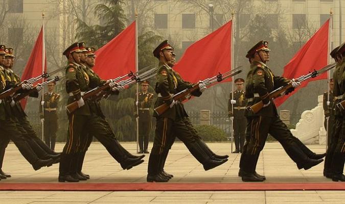 Đội danh dự của quân đội Trung Quốc trong một nghi thức chào đón tại Bắc Kinh năm 2007. Sự tham nhũng mang tính hệ thống trong thời gian dài đã cho phép các sĩ quan quân đội Trung Quốc thu lợi từ thị trường chợ đen và vi phạm nhân quyền. (Ảnh: Wiki)