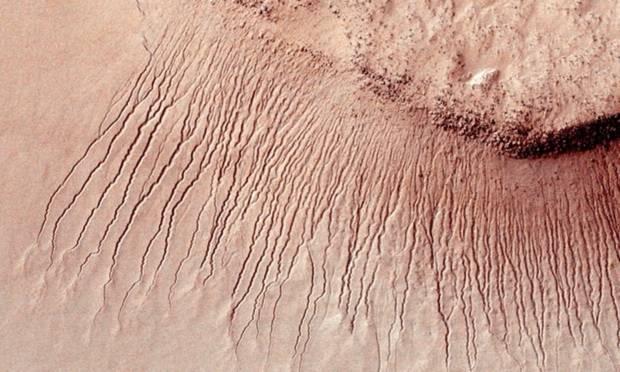 Trong bức ảnh này, những vệt tối, hẹp là dòng nước chảy từ đỉnh xuống trên bề mặt Sao Hỏa. Ảnh: NASA