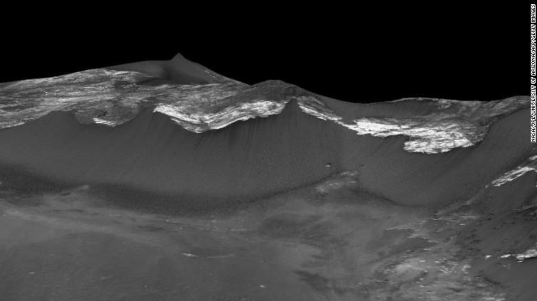 Còn đây là dấu hiệu của dòng chảy tại Coprates Chasma, khu vực được xem là xích đạo của Sao Hỏa. Ảnh: NASA