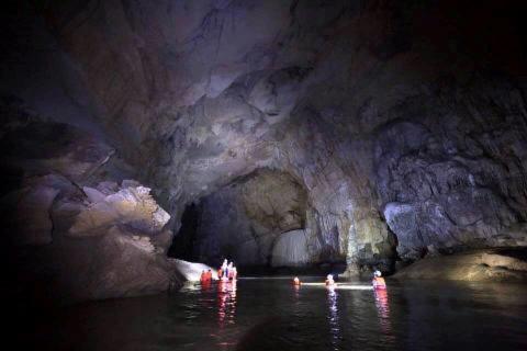 Một chuyến khám phá hang nước của nhóm