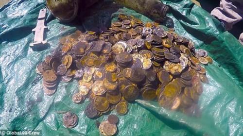 Đi dọn rác, bất ngờ nhặt được cả đống tiền vàng cổ - Ảnh 1