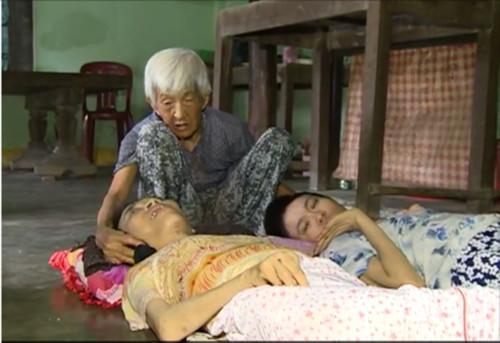 Hình ảnh Xót xa cảnh cụ bà 90 tuổi còng lưng nuôi 2 con bại liệt số 1