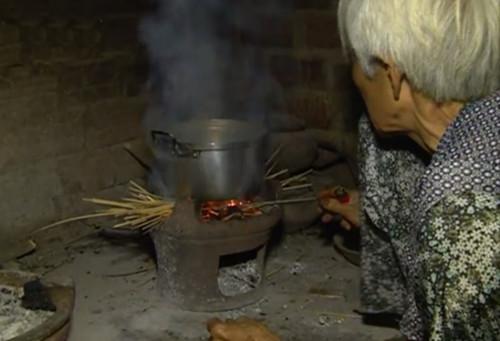Hình ảnh Xót xa cảnh cụ bà 90 tuổi còng lưng nuôi 2 con bại liệt số 3