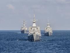 Tàu khu trục Lassen của Mỹ (trái), tàu frigate Supreme của hải quân Singapore (giữa) và tàu tác chiến ven biển Fort Worth hồi tháng 7 đi qua Biển Đông. Ảnh: Hải quân Mỹ