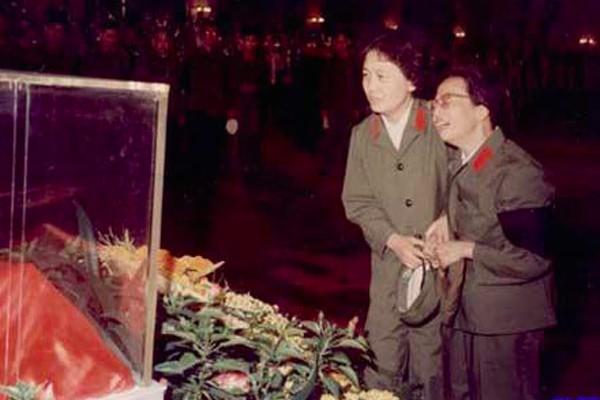 Trương Ngọc Phượng và Giang Thanh trong tang lễ Mao Trạch Đông.