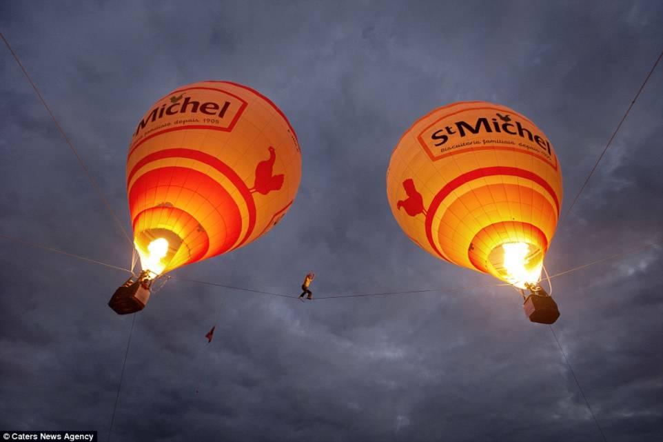 Hình ảnh Thót tim với màn biểu diễn đi dây thăng bằng giữa hai khinh khí cầu số 1