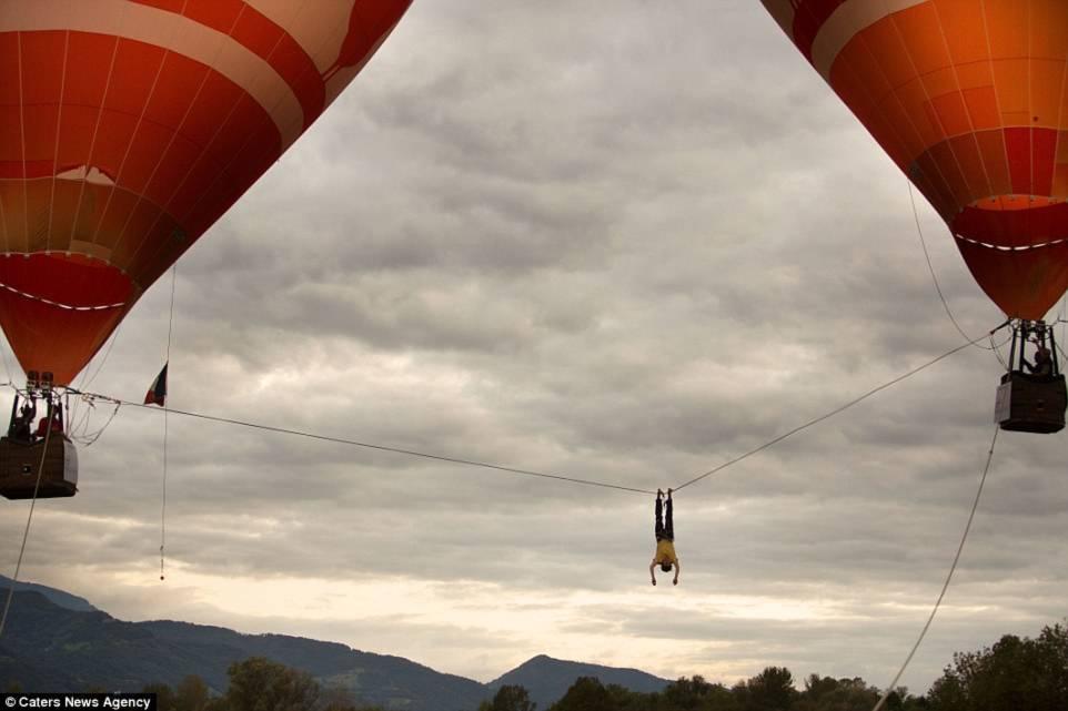 Hình ảnh Thót tim với màn biểu diễn đi dây thăng bằng giữa hai khinh khí cầu số 2