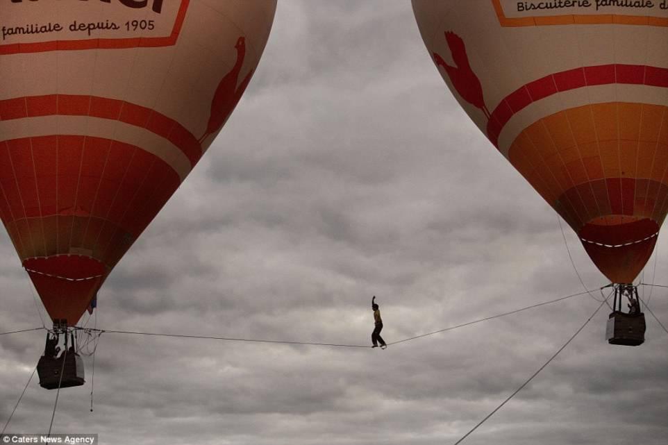 Hình ảnh Thót tim với màn biểu diễn đi dây thăng bằng giữa hai khinh khí cầu số 3