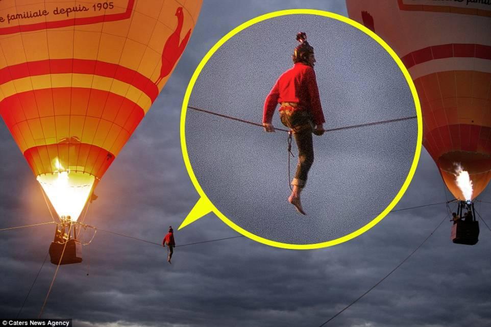 Hình ảnh Thót tim với màn biểu diễn đi dây thăng bằng giữa hai khinh khí cầu số 4