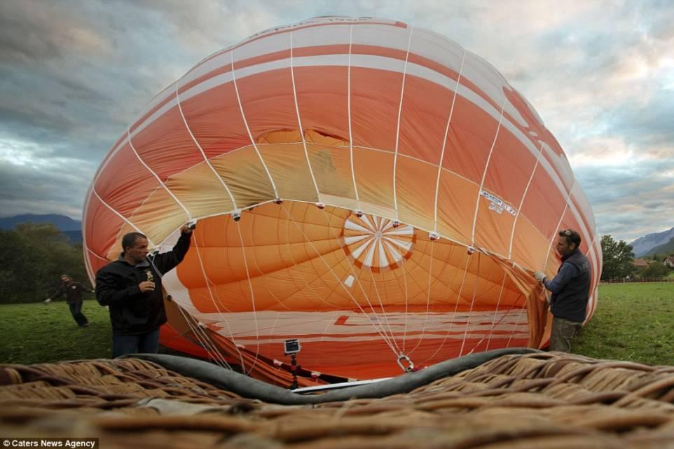 Hình ảnh Thót tim với màn biểu diễn đi dây thăng bằng giữa hai khinh khí cầu số 5