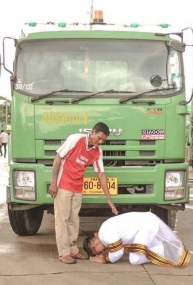 Hình ảnh Bức ảnh tân cử nhân quỳ trước xe rác của cha lay động lòng người số 1