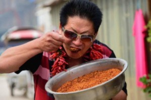nguoi-dan-ong-di-thuong-phai-an-2kg-ot-moi-ngay-moi-thoa-man