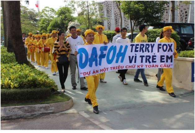 Nhóm diễu hành gồm đội trống lưng và đội biểu diễn các bài công pháp của Pháp Luân Công