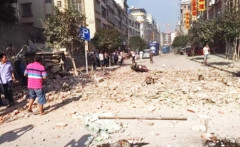 """Chiều ngày 30/9, huyện Liễu Thành, Quảng Tây chỉ trong vòng 2 tiếng đã có 13 vụ nổ. Người dân Trung Quốc hoài nghi: """"Liệu một người nông dân có thể tạo ra 17 vụ nổ liên hoàn, khiến huyện Liễu Thành biến thành đống đổ nát như này hay không?"""" (Ảnh: Internet)"""