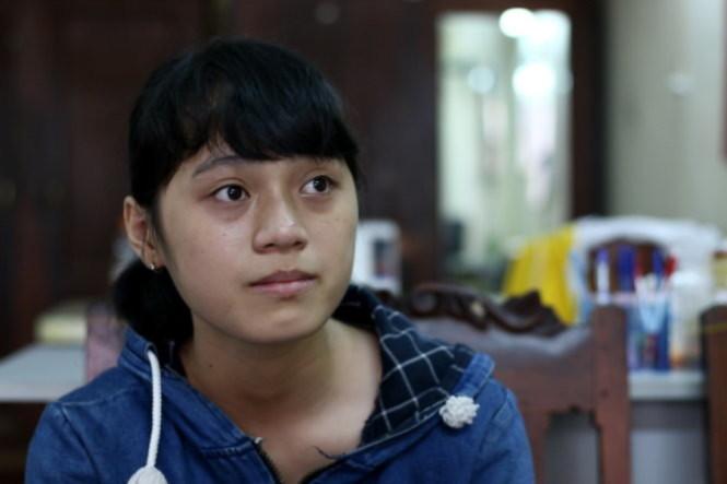 Phạm Thị Thu Quỳnh rưng rưng nước mắt khi nói về hoàn cảnh gia đình - Ảnh: Ngọc Hiển