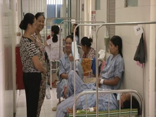 Sốt xuất huyết lên đỉnh dịch, bệnh nhân phải nằm hành lang - 1