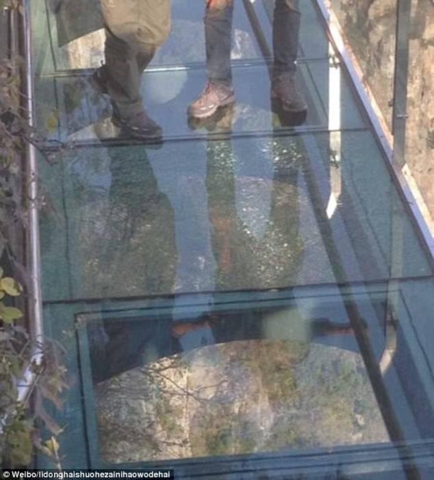 Hình ảnh Du khách chạy tán loạn khi phát hiện cầu kính Trung Quốc bị nứt số 1