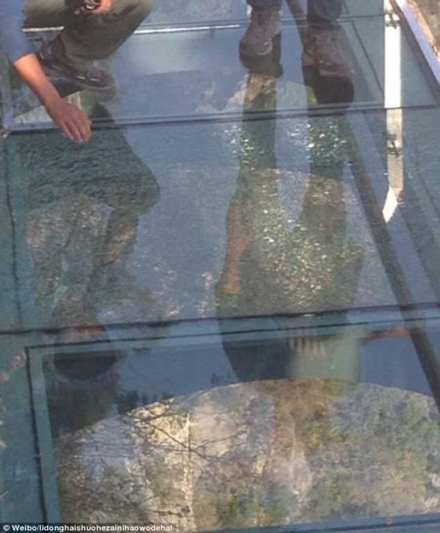 Hình ảnh Du khách chạy tán loạn khi phát hiện cầu kính Trung Quốc bị nứt số 2