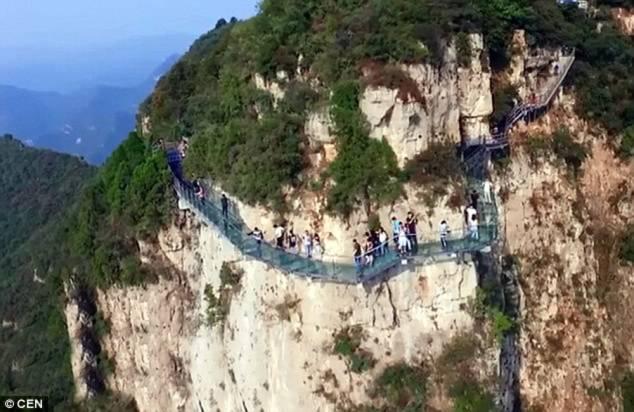 Hình ảnh Du khách chạy tán loạn khi phát hiện cầu kính Trung Quốc bị nứt số 3
