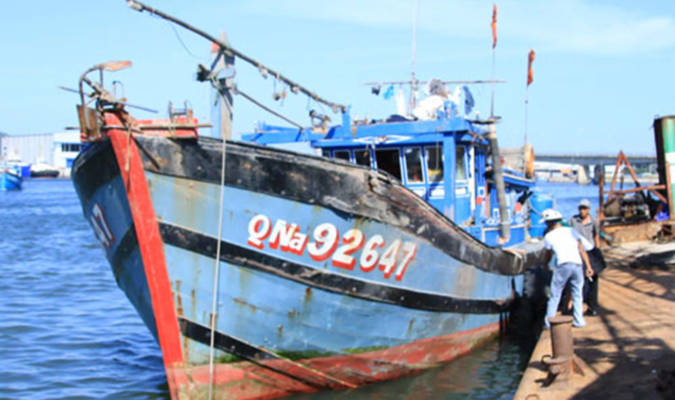 Tàu QNa 92642 TS cập bờ Đà Nẵng trong tình trạng bị phá nước mạn trái. (Ảnh: petrotimes.vn)