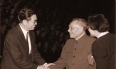 Cái bắt tay giữa hai thế hệ: ông Đặng Tiểu Bình và ông Hồ Cẩm Đào. (Ảnh: Internet)