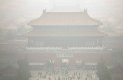 Tử Cấm Thành mờ ảo trong khói bụi. Đại sứ quán Mỹ ở Bắc Kinh ngày 28/11 báo cáo mức nhiễm độc không khí qua chỉ số PM2.5 đã lên tới 391 microgram vào trưa 28/11, gấp hơn chục lần so với ngưỡng an toàn tối đa là 25 microgram theo quy định của Tổ chức Y tế Thế giới WHO. (AP)