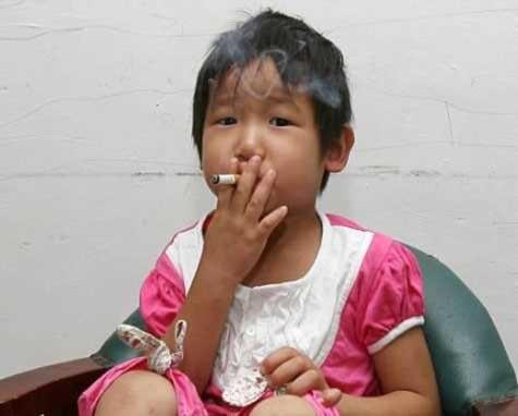 Bé 3 tuổi hút thuốc, uống bia sau khi hôn mê