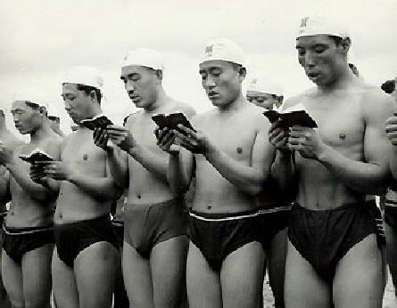 """Ảnh: Vận động viên bơi lội trước khi nhảy xuống nước cũng phải đọc """"hồng bảo thư""""."""