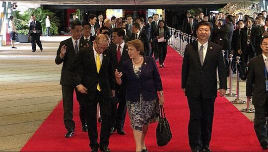 Ông Tập Cận Bình cũng không đi gần các vị lãnh đạo khác, một mình đơn lẻ trên thảm đỏ. Ảnh cắt từ video clip