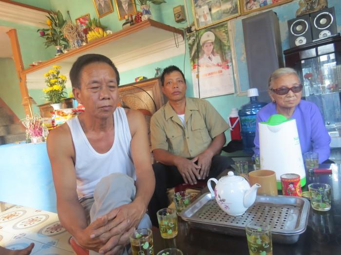 Gia đình bà Lê đang trao đổi với phóng viên. Ảnh laodongthudo