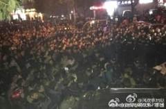 Hàng ngàn người dân tại khu kinh tế Bàn Long Thành, quận Hoàng Bi, thành phố Vũ Hán, tình Hồ Bắc bắt đầu biểu tình và chặn đường giao thông từ ngày 6/12. Họ kháng nghị không cho xây dựng Trạm trung chuyển chất thải rắn tại địa phương. (Ảnh: Internet)
