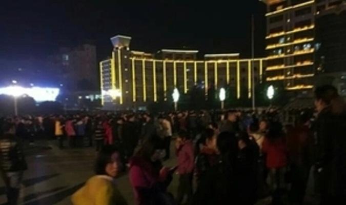 Ngày 28/12, tại Nhân Hoài - Quý Châu xảy ra cuộc biểu tình của hơn 6 ngàn giáo viên vì lý do tiền thưởng thành tích năm 2014 và 2015 bị chính quyền ăn bớt. (Ảnh: Internet)