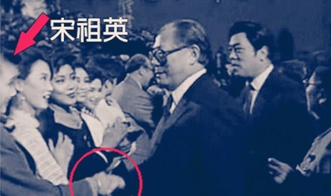 """Sau khi bà Tống Tổ Anh trở thành tình nhân của ông Giang Trạch Dân, không chỉ có khả năng """"hô mưa gọi gió"""" trong giới giải trí của Trung Quốc Đại Lục mà còn được xem như là """"Ủy viên Thường vụ Bộ Chính trị"""" của ĐCSTQ. (Ảnh: Internet)"""