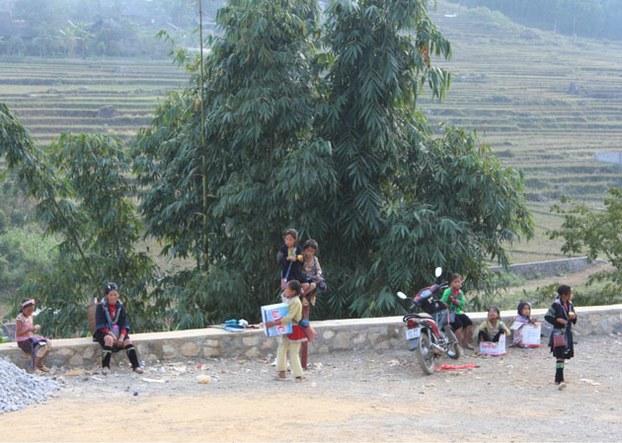Trẻ em người dân tộc H'mong bán hàng lưu niệm.  RFA