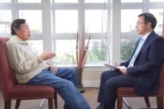 Ông La Vũ trả lời phỏng vấn của báo Đại Kỷ Nguyên và Đài Truyền hình Tân Đường Nhân ngày 12/12/2015. (Ảnh: Đại Kỷ Nguyên tiếng Trung)