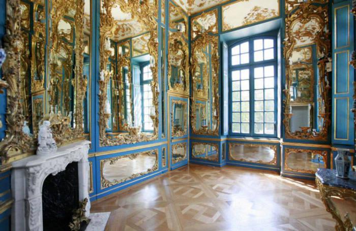 Không gian nơi đây trang hoàng, sáng chói với đồ nội thất được mạ vàng óng ánh, xa hoa