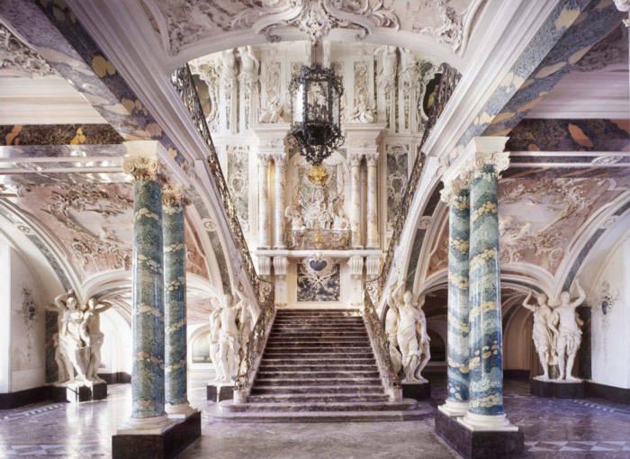 Những bậc thang bằng vàng xa hoa, những cột đá hoa cương nguyên khối được trang trí bên cạnh