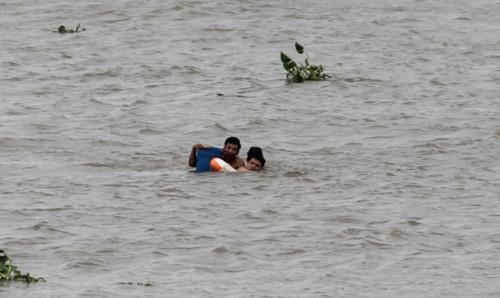 Nam thanh niên 22 tuổi đang trên đường kéo 2 nạn nhân vào bờ. Ảnh: Cửu Long