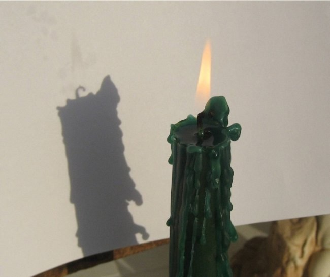 Cái bóng này mờ, chỉ có thể thấy khi nguồn sáng phía sau lớn hơn nguồn sáng của ngọn lửa.
