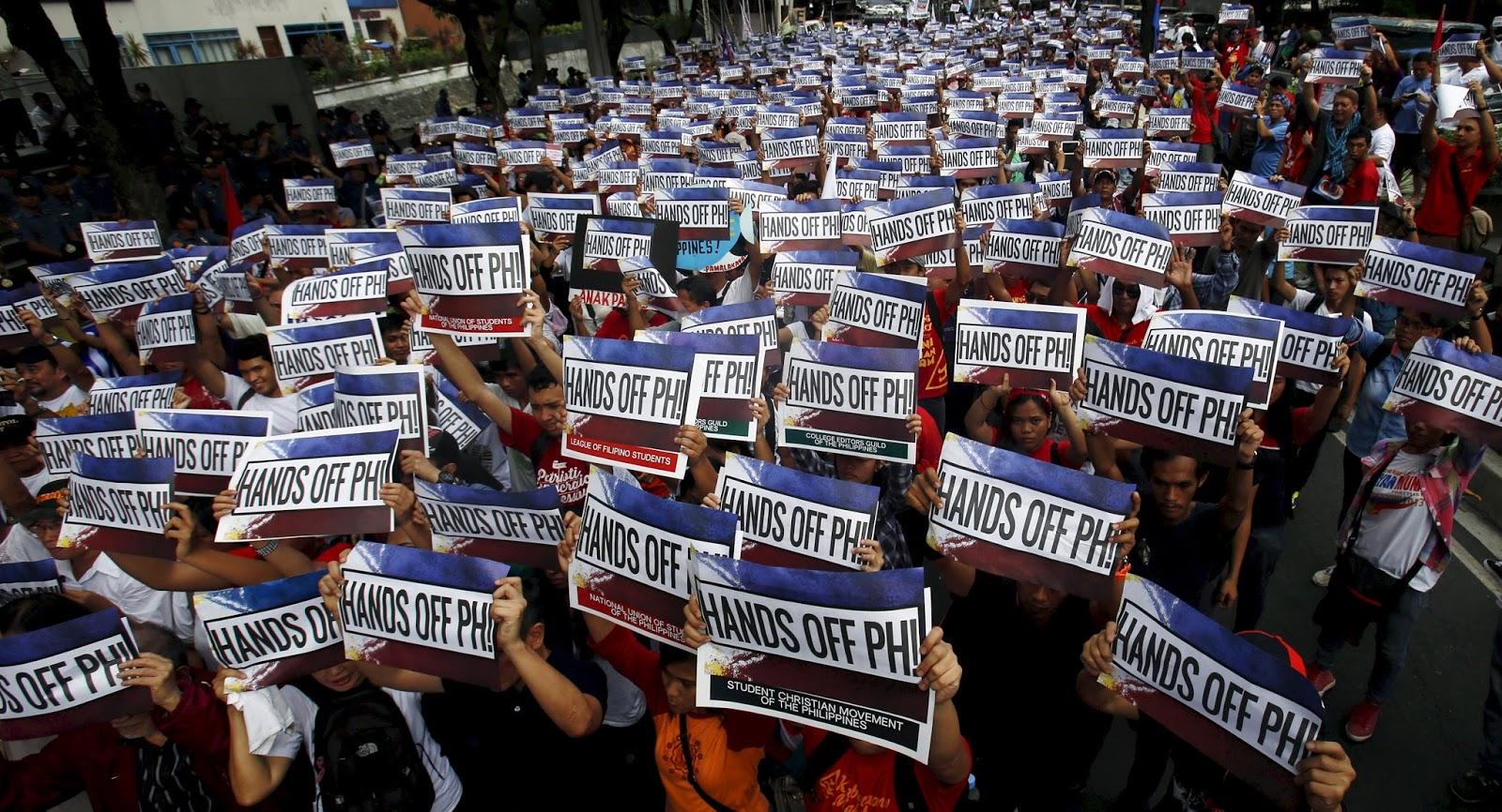 Biểu tình phản đối Bắc Kinh chiếm Biển Đông trước lãnh sự quán Trung Quốc ở Makati, Philippines ngày 12/06/2015.