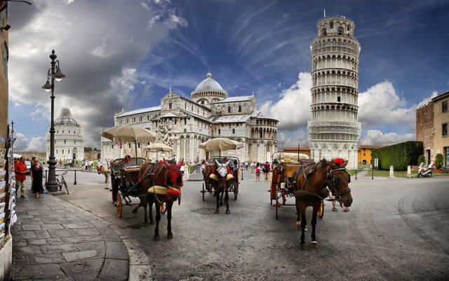Tháp nằm trong quần thể Campo dei Miracoli bao gồm thánh đường Duomo, tháp chuông Campanile, phòng rửa tội và nghĩa trang Camposanto.