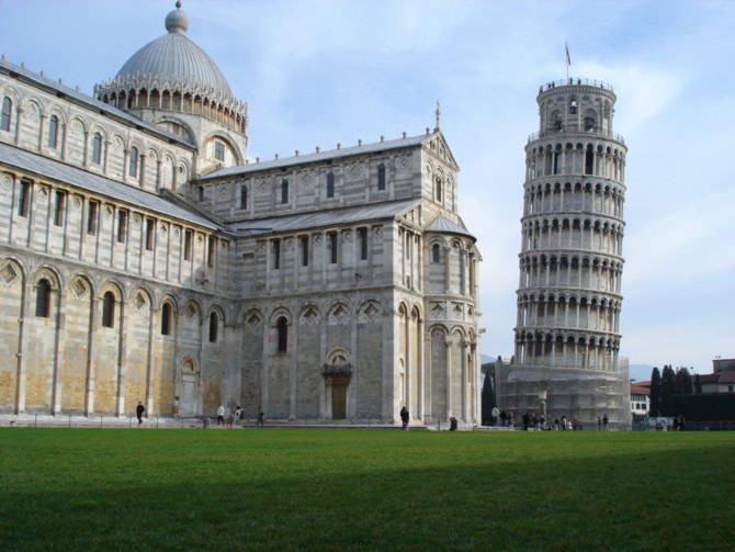 Khi đứng cùng các công trình khác, tháp càng cho thấy rõ độ nghiêng lớn của mình. Chính điều này là điểm hấp dẫn nhất, cũng là lý do chính để tháp nổi tiếng đến ngày nay.
