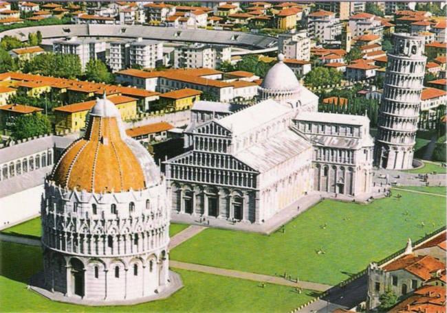 Tháp nghiêng Pisa có độ cao 567m và có hình tròn, thân tháp từ dưới lên thu nhỏ dần lại, gồm 6 tầng ở giữa được thiết kế hoàn toàn giống nhau. Nền tháp có đường kính 196 mét, đường kính trên đỉnh là 127 mét, toàn bộ tháp ước tính có trọng lượng khoảng 14.000 tấn.