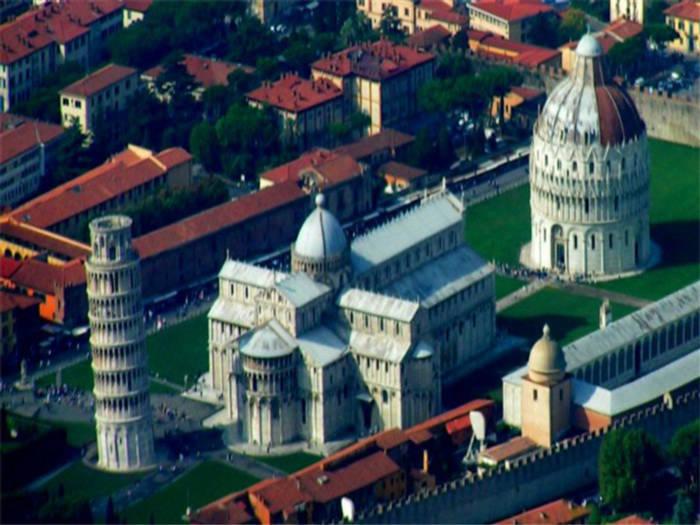 Các công trình được xây bên cạnh tháp nghiên như tháp chuông, thánh đường, phòng rửa tội... đều dựa theo kiến trúc của tháp tạo thành một quần thể kiến trúc đồng nhất.