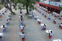 Thi giữa sân trường