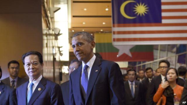 Tổng thống Obama đi cạnh Thủ tướng Nguyễn Tấn Dũng trong một hội nghị với các nước ASEAN tại Malaysia ngày 21/11/2015.