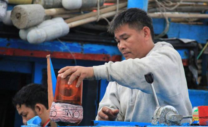 Thuyền trưởng Huỳnh Văn Thạch xót xa khi con tàu bị đâm nát - Ảnh: Trường Trung