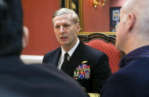 Phó Đô đốc Joseph Aucoin, Tư lệnh Hạm đội 7 của Hải quân Mỹ trò chuyện với các phóng viên trên tàu sân bay. Ảnh: