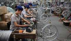 Công nhân sản xuất trong một nhà máy ở Trung Quốc (Ảnh: Getty Images)