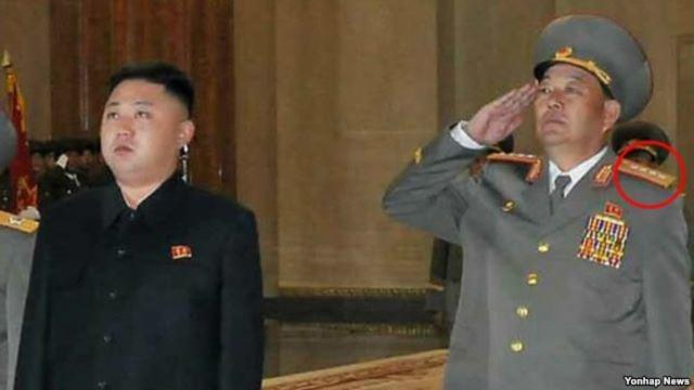 Nhà lãnh đạo Bắc Triều Tiên Kim Jong Un (trái) nhận món quà sinh nhật không mong muốn là chương trình phát thanh qua loa phóng thanh từ phía Nam Triều Tiên.